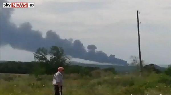 Самолет горит после падения недалеко от Шахтерска на Донбассе