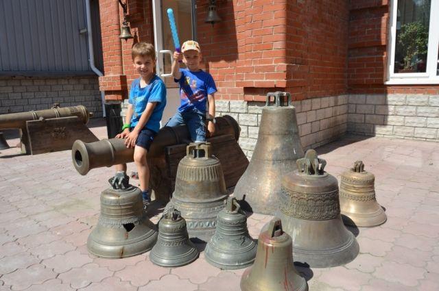 Дети украинских беженцев протестировали уральские колокола