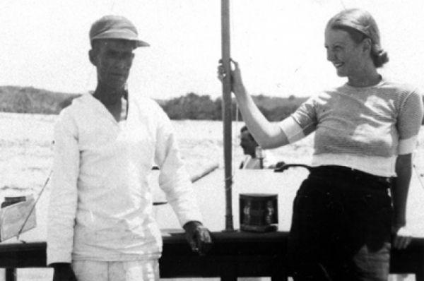 Джейн Мэйсон, богатая, эксцентричная американка, обладающая артистической натурой и разделяющая увлечение Хемингуэя охотой и рыбной ловлей, стала подругой писателя в начале 30-х годов. Вместе они пили, гоняли на современных автомобилях, путешествовали и прожигали жизнь. На протяжении всего романа, продлившегося несколько лет, жена писателя, Паулин, не решилась развесить с Хемингуэем.