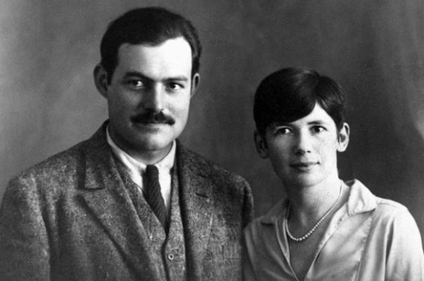 Вскоре после первого развода Хемингуэй женился во второй раз: на журналистке модного журнала «Vogue», Паулин Пфайфер. Она целенаправленно завоевывала писателя: выказывала безусловное восхищение им, его манерами, походкой, выражениями. И, в итоге, растворилась в нем. У пары родились два сына – Грегори и Патрик, семья переехала в США.