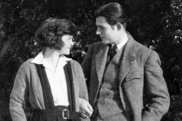 Первой женой Хемингуэя стала Хэдли Ричардсон, рыжеволосая девушка, влюбленная в литературу и музыку. У молодых людей завязался эпистолярный роман,  перешедший в сильное чувство. Хэдли говорила о Хемингуэе, что его коленки было достаточно, чтобы влюбиться в него без памяти. В 1921 году они сыграли традиционную свадьбу и отправились жить во Францию. Здесь у пары родился сын Бамби.