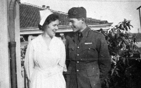 Американка Агнесс фон Куровски была медсестрой в госпитале, где лежал Эрнест Хемингуэй после подвига, совершенного на поле боя: он спас итальянского снайпера. На теле молодого солдата насчитали 227 ранений и 26 осколков. Долгие разговоры с Агнесс, работающей по ночам, бесконечные любовные послания: Хемингуэй был влюблен так сильно, как это случается в 19 лет.