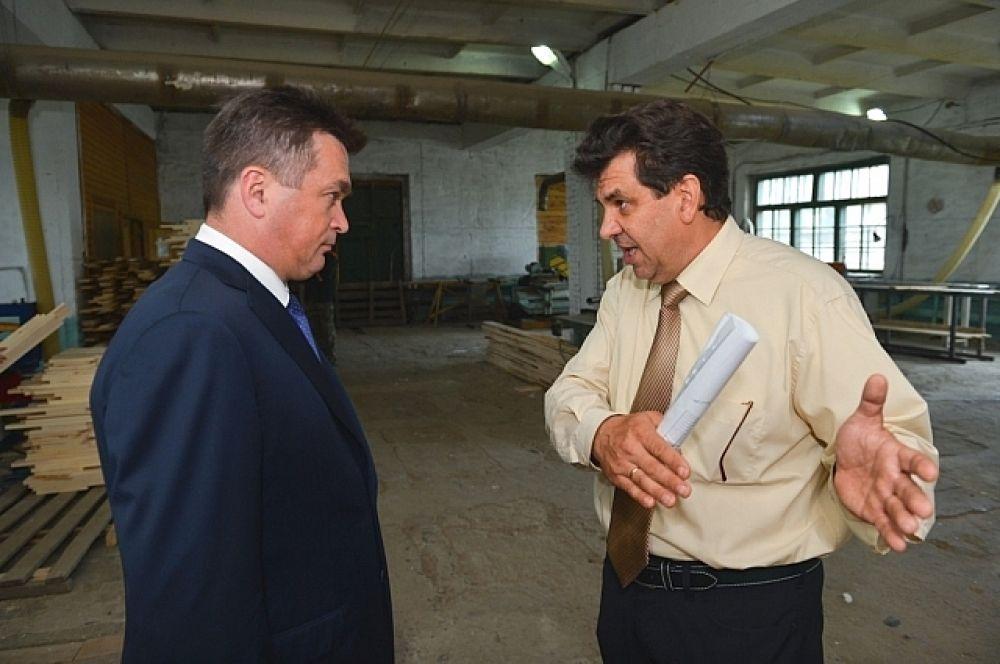 Директор лесоперерабатывающей фирмы Олег Кульченко рассказывает главе региона о производстве.
