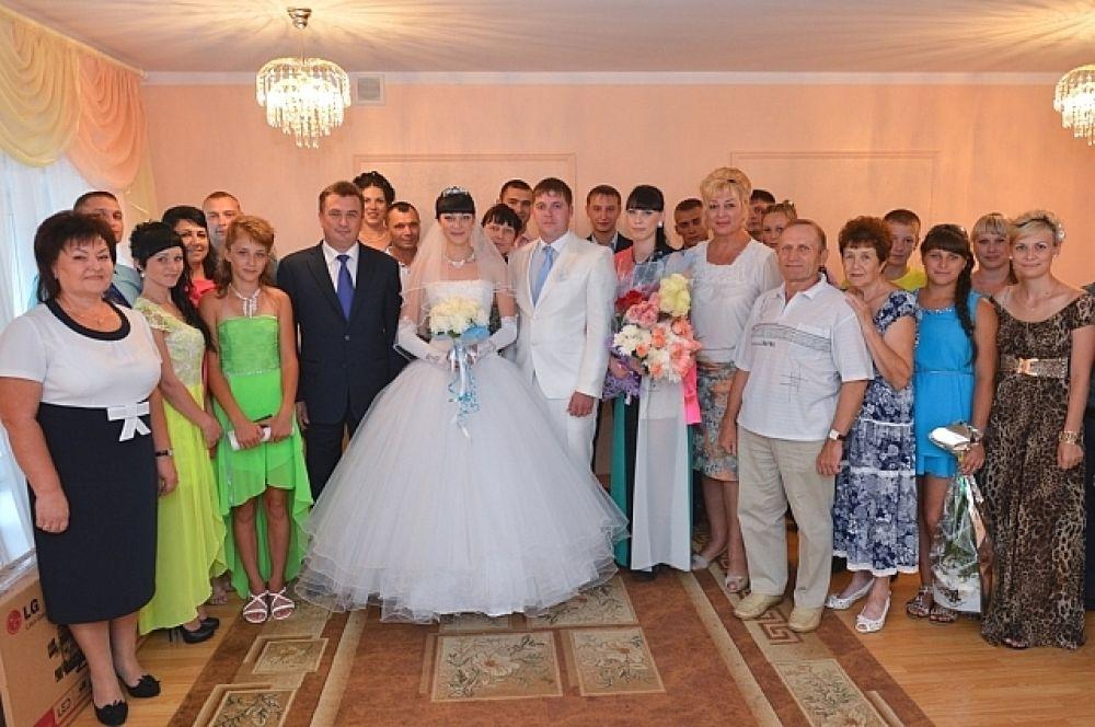 Владимир Миклушевский посетил в Чугуевке и местный ЗАГС. В этот момент здесь проходила свадьба молодой пары. Глава региона поздравил молодоженов с этим важным днём.