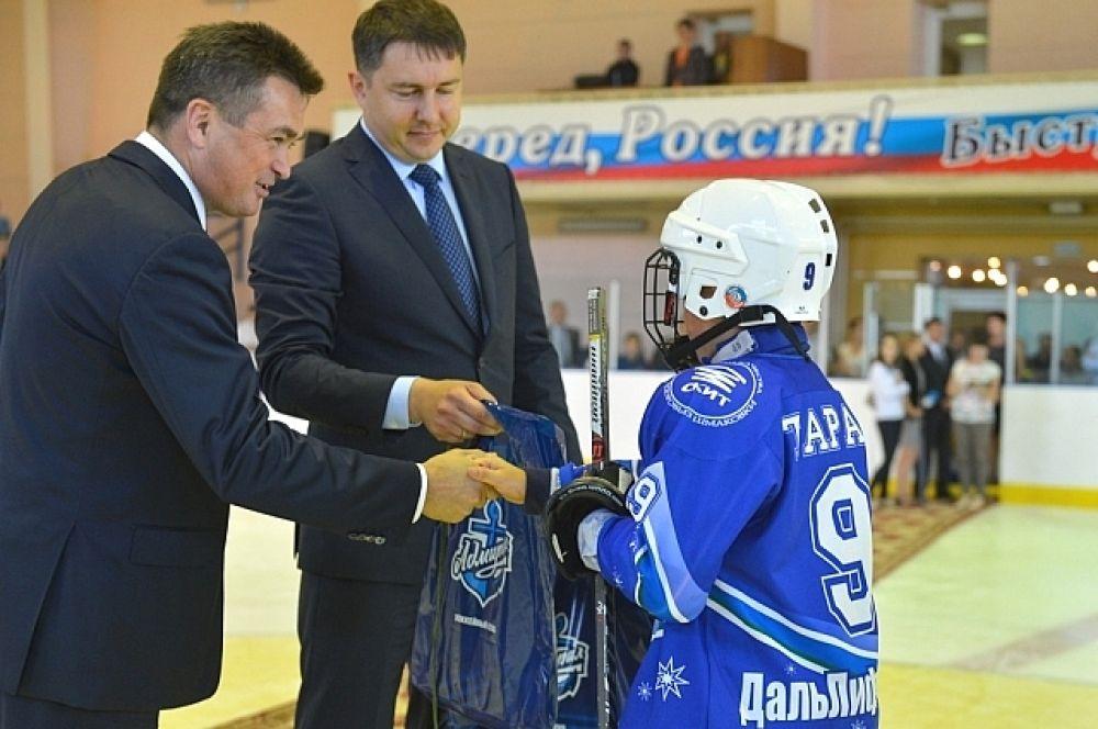 Владимир Миклушевский посетил ледовую арену «Олимп 2010», где сегодня около ста ребят, занимаются хоккеем и шорт-треком.