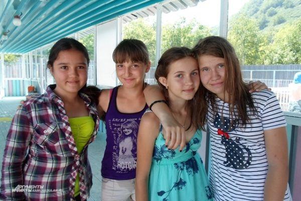 Лера, Карина и две Насти не хотят уезжать из лагеря.