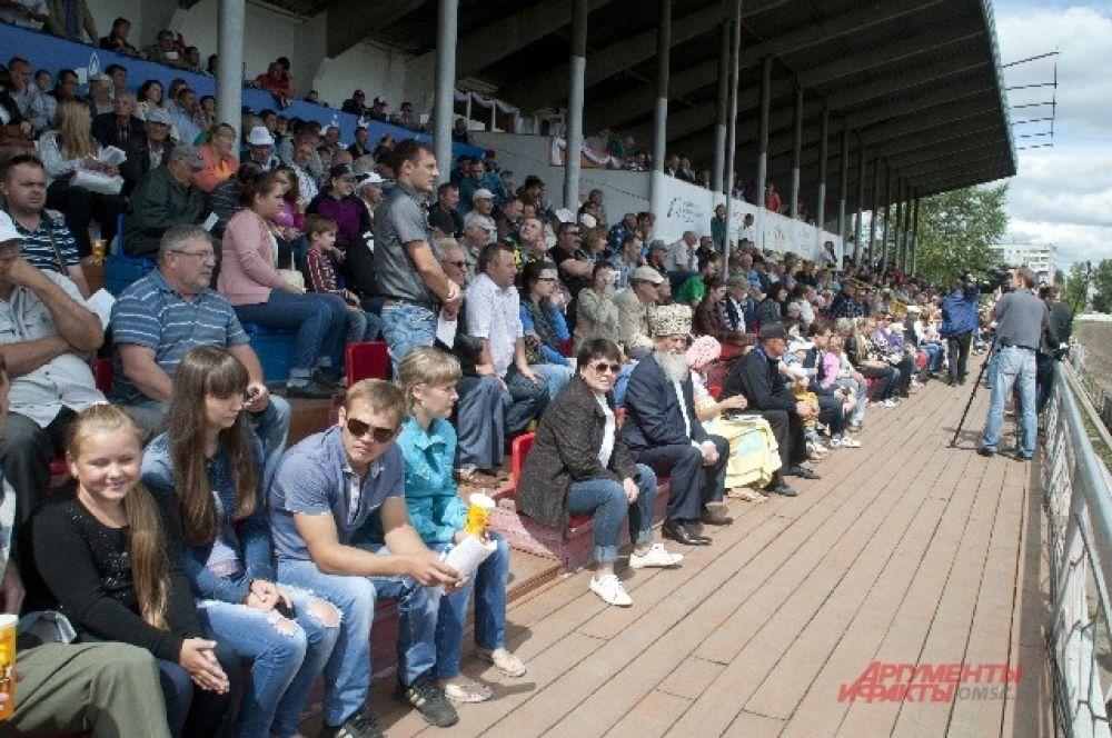Зрители на соревнованиях по конному спорту.