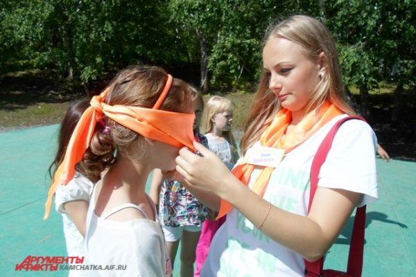 Старшая вожатая Татьяна Капинос проводит игру «Угадайка».