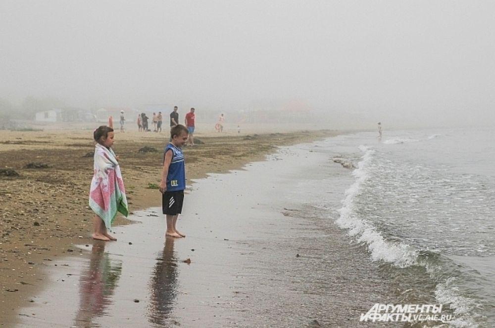 Вот, брат, это море. А там вдалеке - это туман. Не перепутай.