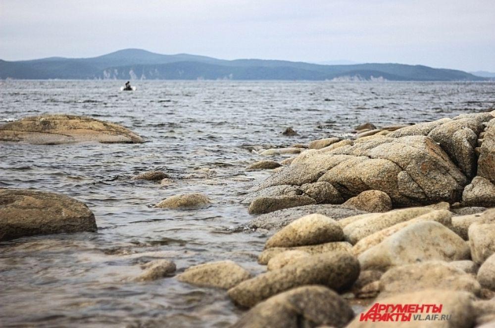 Может купаться на каменистом пляже и не очень, зато посидеть-помечтать очень даже.