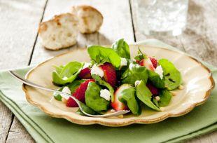 Салат из огурца, клубники и шпината.