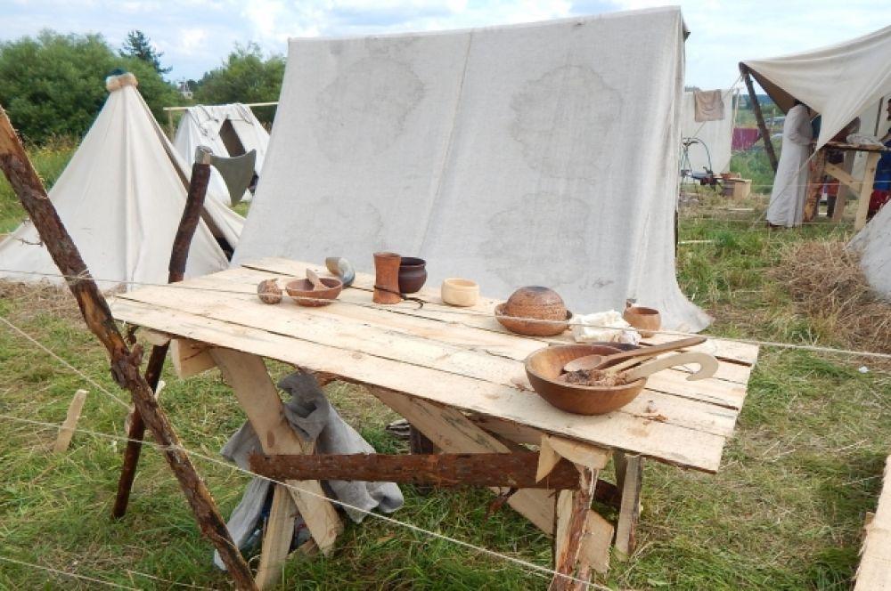 Посуда в те времена была очень простой и экологичной