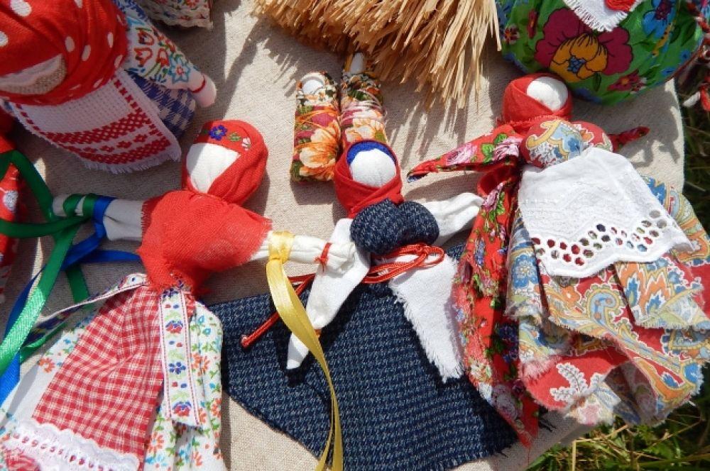 Кукол делали без использования ножниц и иголок, чтобы жизнь не была острой и колкой