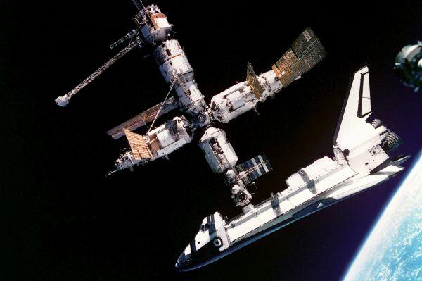 В 90-е годы транспортные шаттлы доставляли на орбитальную станцию «Мир» российских космонавтов. Американцы же благодаря программе «Мир – Шаттл» смогли перенять опыт долгосрочных экспедиций. На фото: американский шаттл и станция «Мир».