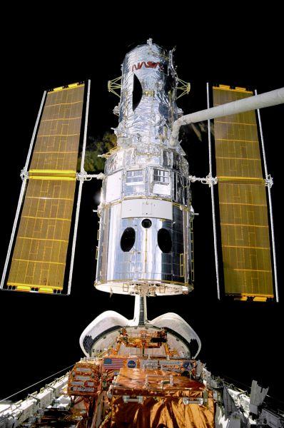 Вскоре «Дискавери» доставил на орбиту знаменитый телескоп «Хаббл». Впоследствии этот шаттл ещё дважды летал к телескопу, чтобы провести ремонтные работы. Сейчас, в связи с закрытием программы полёта шаттлов, необходимыми для оперативного ремонта «Хаббла» не обладает ни одна страна. На фото: телескоп «Хаббл» на борту шаттла «Дискавери».