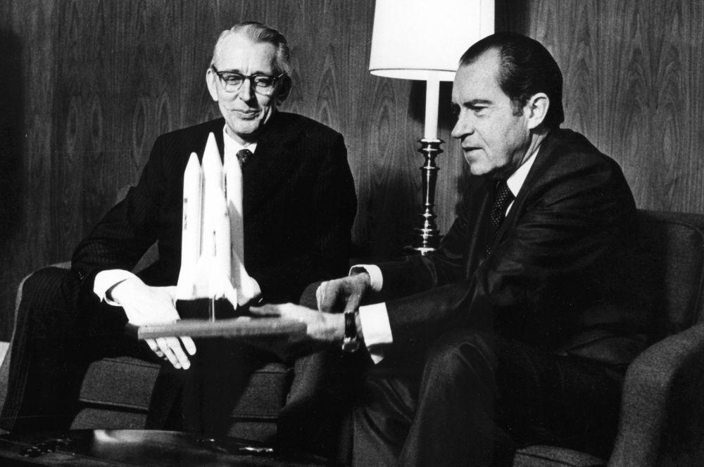 Программу Space Shuttle NASA начала разрабатывать ещё до старта «Аполлонов» - в 1967 году. США стремились создать систему многоразовых кораблей, которая позволяла бы осуществлять транспортные и грузовые перелёты чаще и дешевле. На фото: глава NASA доктор Джеймс Флетчер и президент США Ричард Никсон, 1972 год.