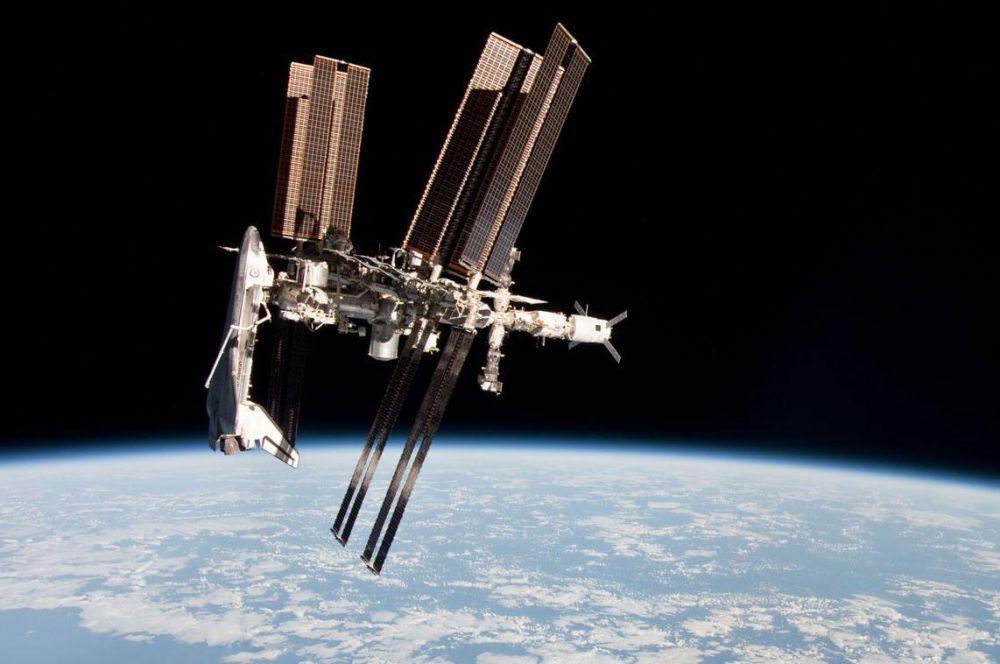 Программа «Мир – Шаттл» позволила укрепить взаимодействие различных стран в космической отрасли, благодаря чему стал возможен проект Международной космической станции. К слову, во время вывода МКС на орбиту, многие модули к ней доставлялись именно шаттлами. На фото: американский шаттл, пристыкованный к МКС.