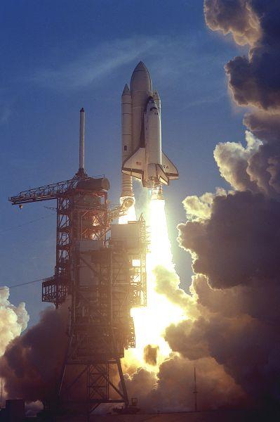К апрелю 1981 года проект был готов. NASA провела пять испытательных полётов на прототипе «Энтерпрайз» и лишь затем в космос был запущен первый космический челнок. На борту шаттла «Колумбия» во время первого полёта программы Space Shuttle находились командир Джон Янг, ветеран программы «Аполлон», и пилот Роберт Криппен. Полёт длился 2 дня 6 часов, шаттл поднялся на высоту 307 км.