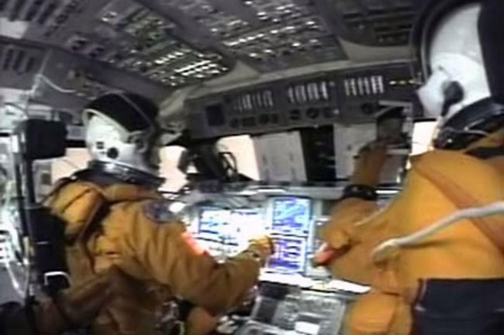 В 2003 году американцы потеряли второй шаттл из пяти – во время посадки в штате Техас рухнула «Колумбия». На борту находились семь человек, включая Калпану Чавла, первую женщину-астронавта индийского происхождения. На фото: экипаж «Колумбия» незадолго до посадки.