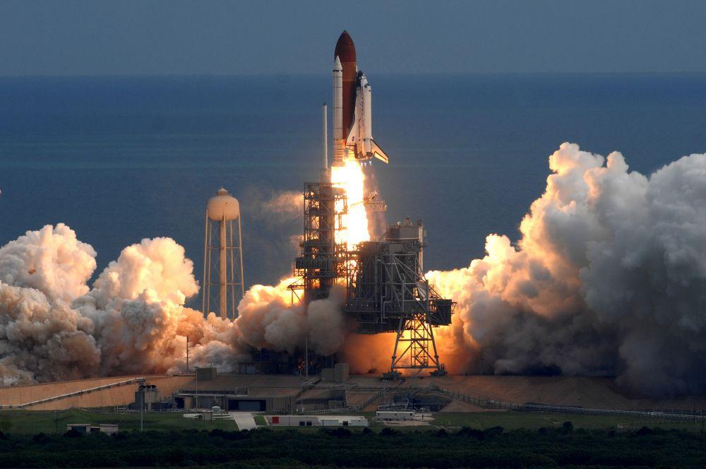 Программа Space Shuttle уже набрала обороты. К моменту трагедии в эксплуатацию были сданы шаттлы «Дискавери» и «Атлантис», в общей сложности совершено 25 стартов. Таким образом, уже через два с половиной года после гибели «Челленджера» «Дискавери» вывел на орбиту телекоммуникационный спутник.