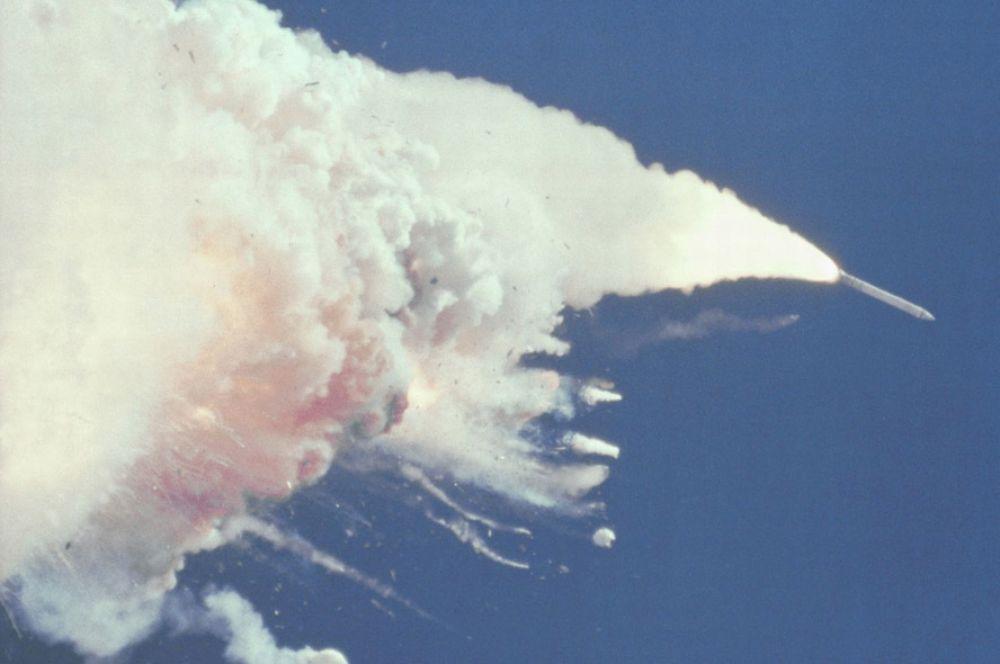 В 1986 году проходившая до того вполне благополучно программа столкнулась с первой трагедией – при попытке старта «Челленджер» взорвался в небе. Запуск транслировался телевидением на всю страну, гибель семи астронавтов показывали в прямом эфире. На 73-й секунде от шаттла оторвался левый ускоритель, он пробил топливный бак. Нарушение симметрии привело к отклонению от курса и полному разрушению корабля под давлением аэродинамических сил.