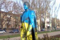 Памятник Кобзону, перекрашенный в цвета украинского флага