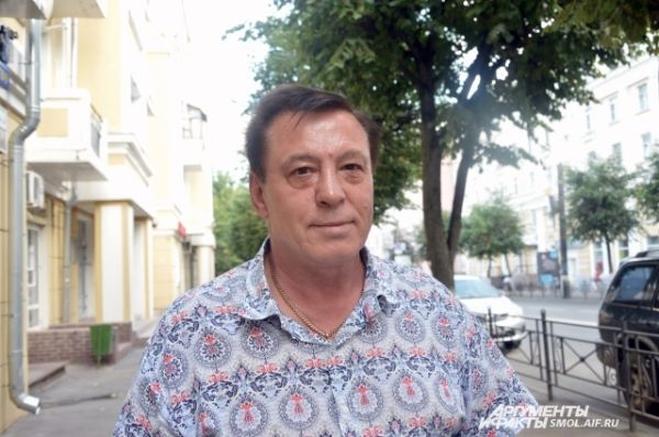 Владимир Свиридов, предприниматель: «Я еще пока точно не решил, в какую страну поеду отдыхать. Я побывал на всем российском юге, теперь хотелось бы посетить европейские курорты. Ну и, в связи с последними событиями, страшновато, конечно летать над Украиной, надеюсь, что пролететь над территорией соседней страны все-таки не придется».
