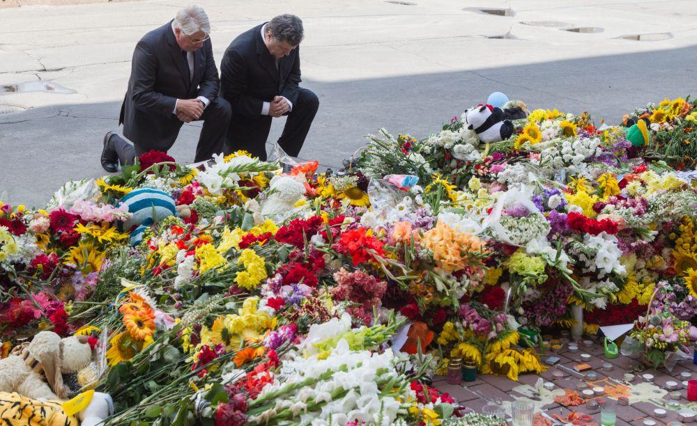 Петр Порошенко у здания посольства Нидерландов в Киеве