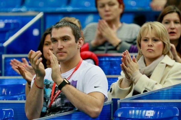 Александр Овечкин и мать Марии Кириленко Ольга болеют за теннисистку в спортивном комплексе «Олимпийский» во время матча первого круга Кубка Кремля — ноябрь 2012 года.