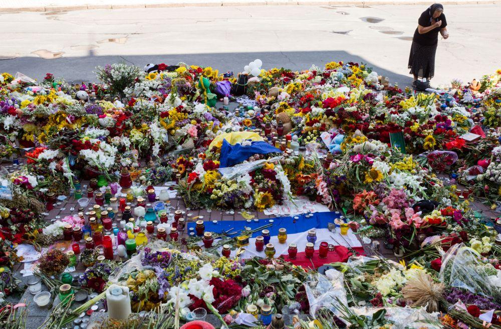 Цветы и лампады у здания посольства Нидерландов в Киеве