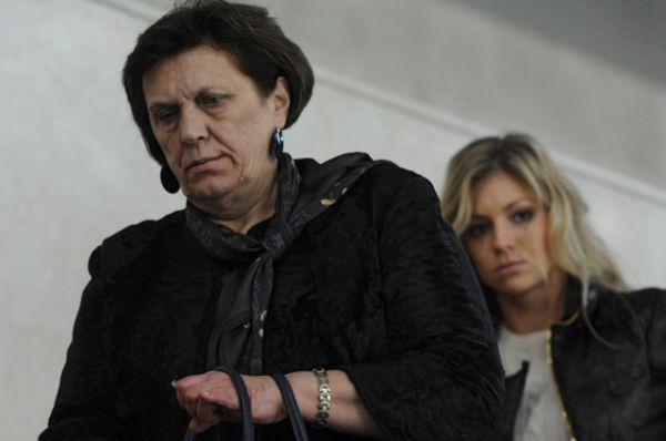 Мать Александра Овечкина Татьяна с Марией Кириленко на трибунах дворца спорта во время очередного матча Александра в КХЛ за Динамо — ноябрь 2012 года.
