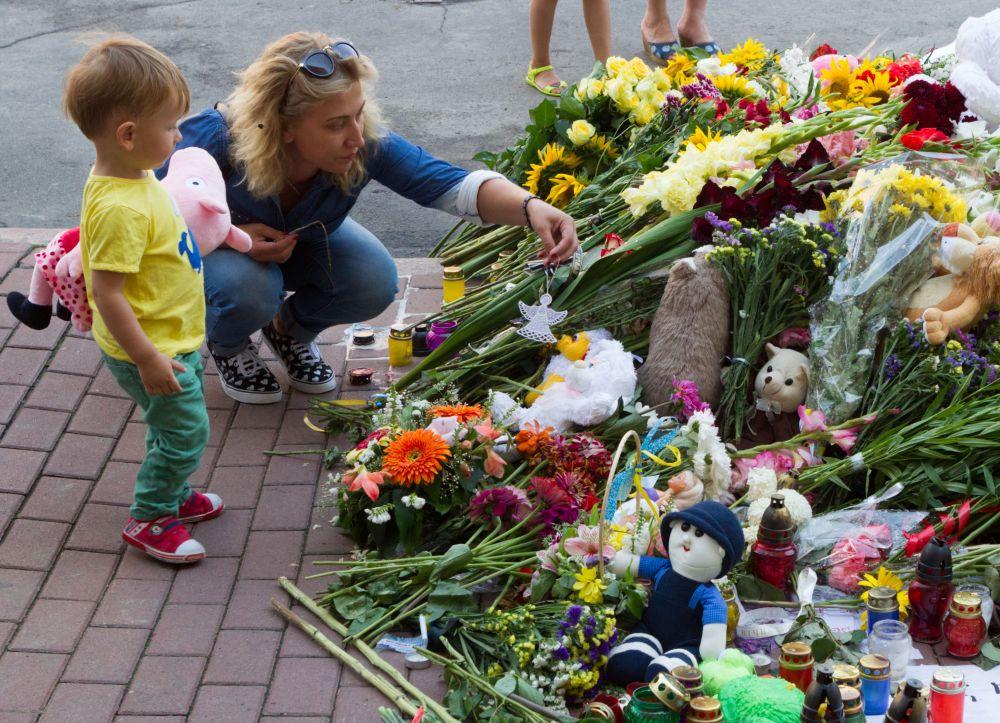 Украинцы скорбят по погибшим европейцам в «Боинг-777»