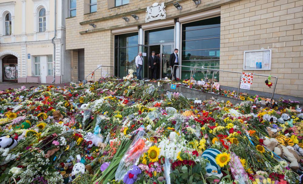 Множество цветов и мягких игрушек украинцы принесли под здание посольства Нидерландов в Киеве
