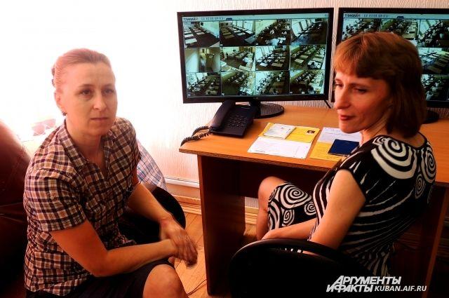 За школьниками пристально наблюдали через видеокамеры.
