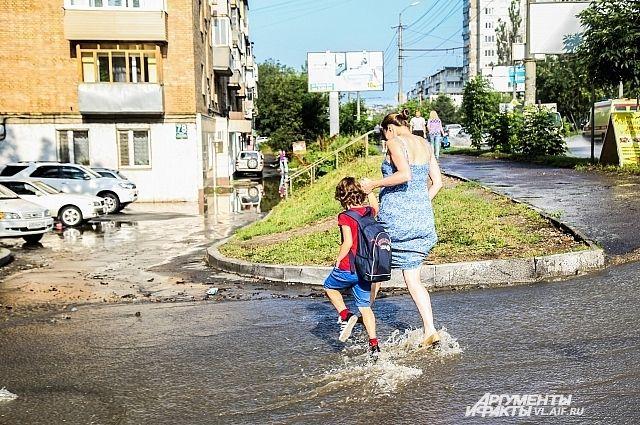 Дождь прошёл, но потоки воды продолжали течь по улицам Владивостока.