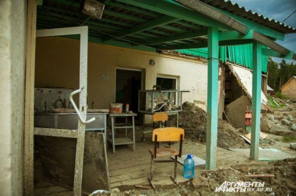 У некоторых зданий потоки воды выломали стены.