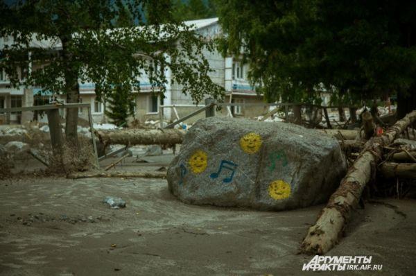 Веселые смайлики на фоне невеселого детского лагеря.