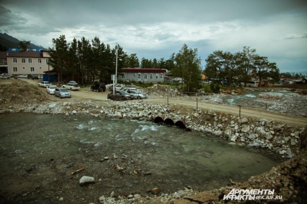 Это временная переправа на другой берег Кынгырги, устроенная рядом с полностью разрушенным мостом.