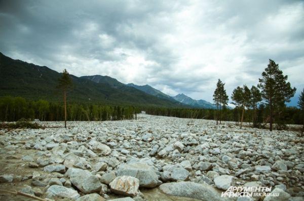 Так же в поселке появилась Каменная река. Это огромная по ширине и толщине полоса камней, которую принес с гор сель.