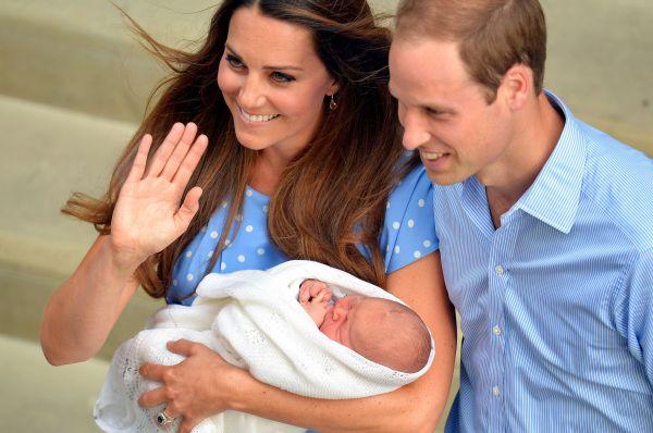 Первое публичное появление принца Джорджа – счастливые родители покидают Больницу Святой Марии в Лондоне на следующий день после рождения первенца.