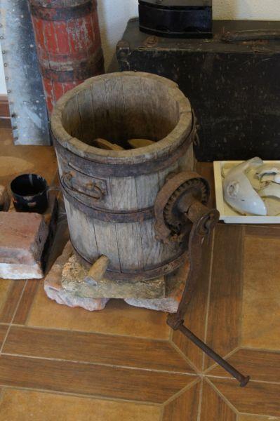 На половине музея, посвящённой  советским переселенцам, - документы, предметы быта: маслобойка, ручные жернова...