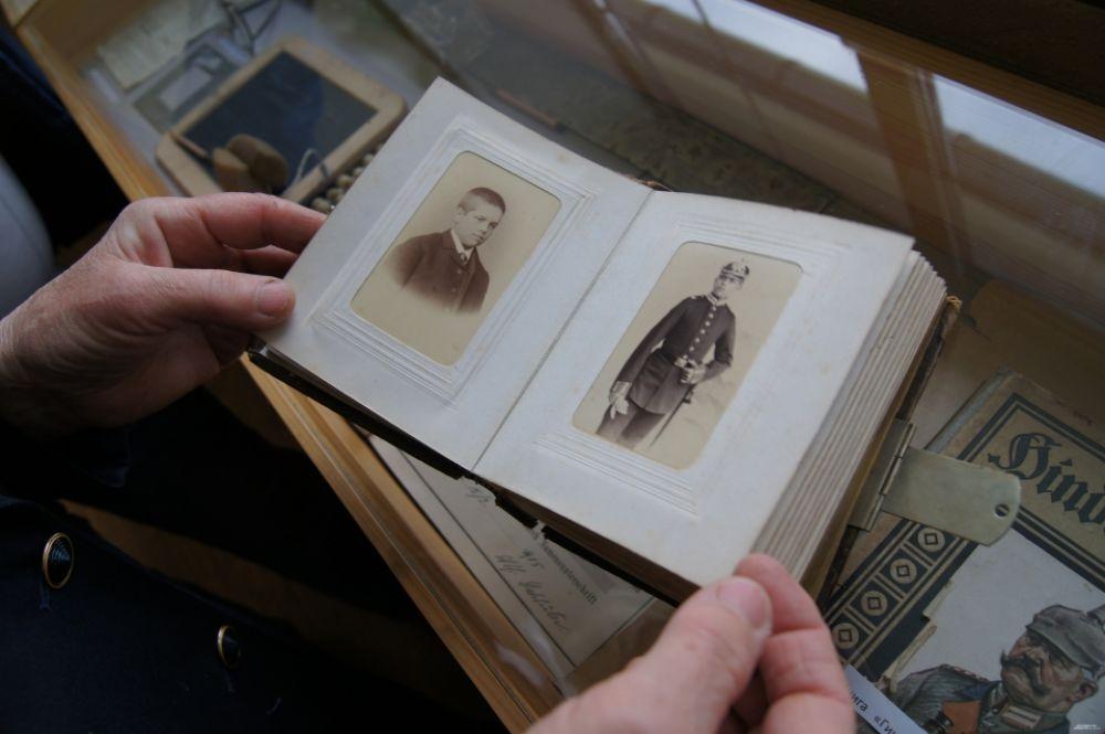 Среди экспонатов есть редкие вещи. К примеру, семейный альбом 1900 г. Или учебники и аттестаты начала 1930 гг.