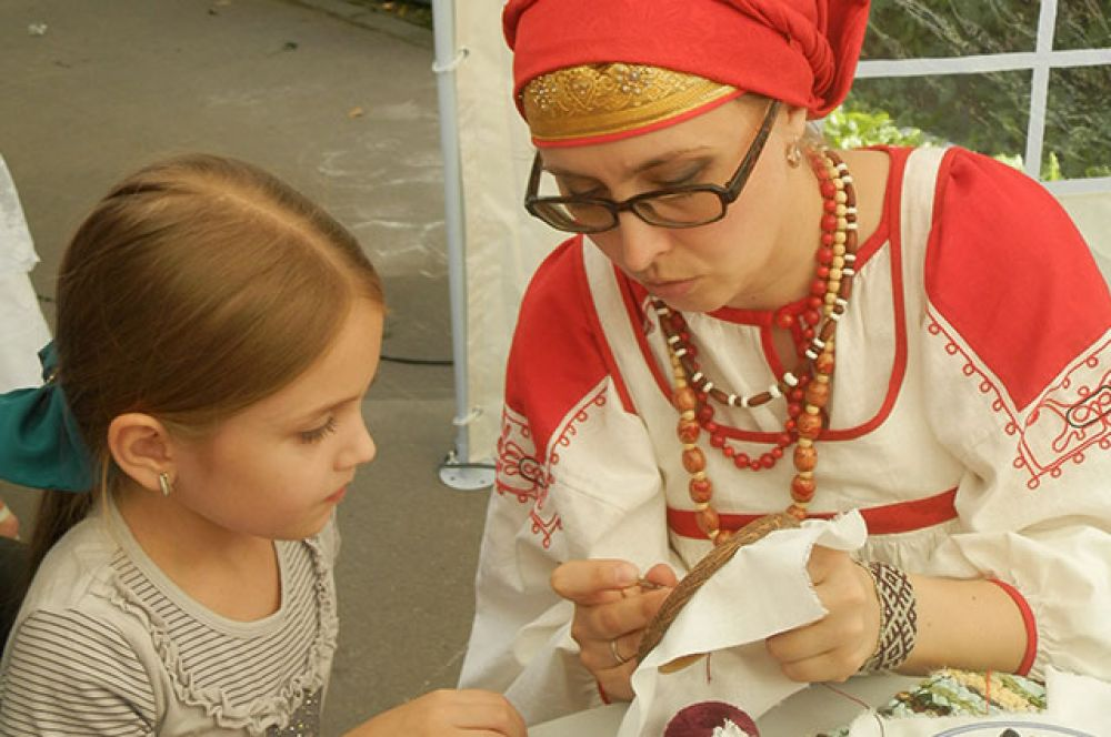 ... Их дети учились шить рукоделию
