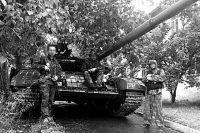 Александр Григоренко ( в центре, сидит в танке) с сослуживцами-ополченцами в осажденном Луганске.