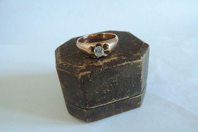 Этому кольцу и коробочке к нему - 102 года.