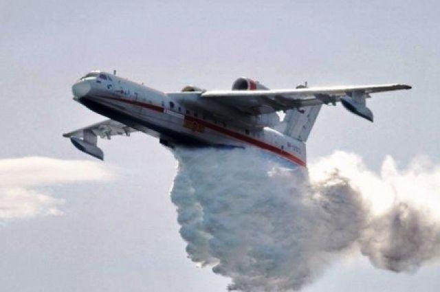 Самолёт Бе-200 тушит лесной пожар