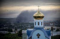 Пожар во время артиллерийского обстрела Луганска.