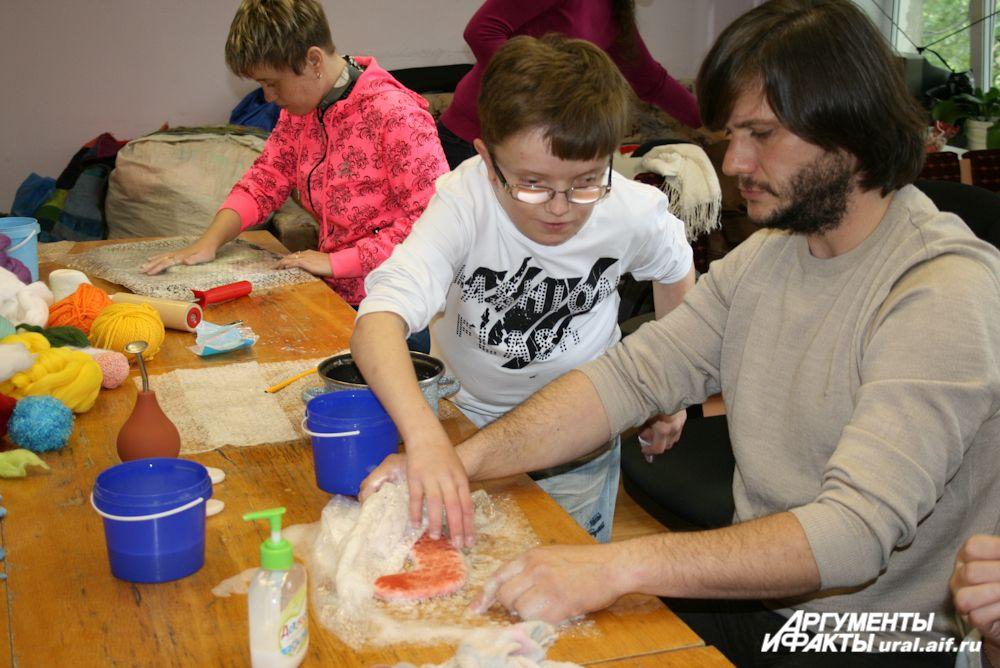 «Красная бурда» в лице Владимира Логинова освоила искусство изготовления сувениров из шерсти.