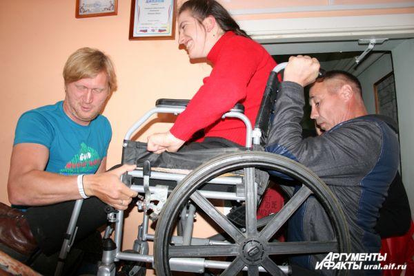 В то время, когда «Уральские пельмени» гостили в мастерских, в «Благом деле» сломался подъемник для колясочников. Андрей Рожков и Дмитрий Соколов пришли на помощь.