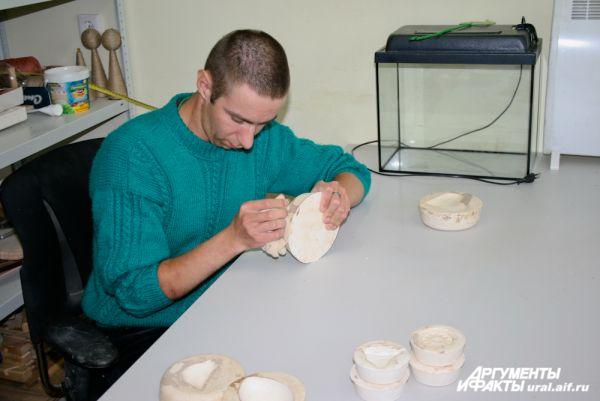 Работа с глиной дает прекрасный терапевтический и реабилитационный эффект.